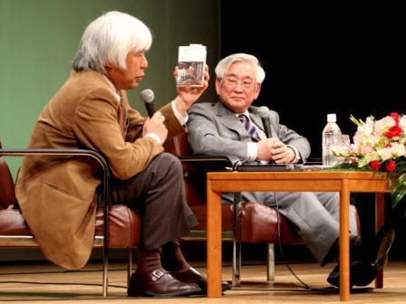 写真・図版 : 益川敏英さん(右)と語り合う尾関章編集委員=2010年1月23日、大阪市内で