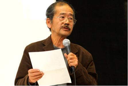 写真・図版 : 講演する魚住昭氏。通信社記者とフリーの立場での取材の違いなどを具体的に語った