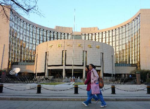 写真・図版 : 追加利上げを発表した中国人民銀行=北京市、吉岡桂子写す