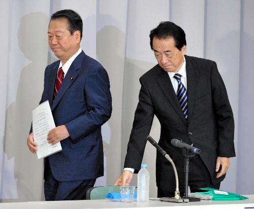 写真・図版 : 民主党代表選の公開討論会に臨む菅直人首相(右)と小沢一郎前幹事長=2010年9月10日