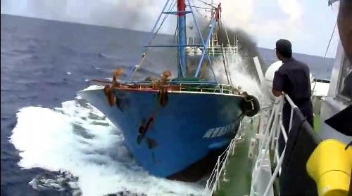 写真・図版 : ユーチューブ」に投稿された、巡視船「みずき」に衝突する中国漁船と見られる映像