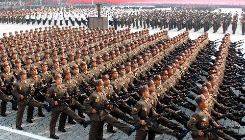 写真・図版 : 朝鮮労働党創建65周年を祝って行進する軍人ら。朝鮮中央通信が配信した=朝鮮通信