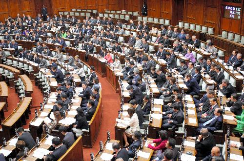 写真・図版 : 会期末にも採決が行われた参院本会議=12月3日午後0時8分、飯塚悟撮影