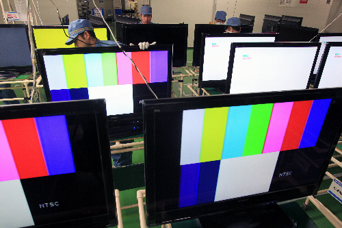 写真・図版 : エコポイント効果でよく売れた薄型テレビ。三菱電機京都製作所では8月に製造ラインを倍増し、年明けしばらくはフル稼働が続くという=京都府長岡京市