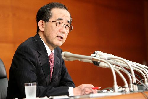 写真・図版 : 会見する日本銀行の白川方明総裁=21日午後3時44分、東京都中央区