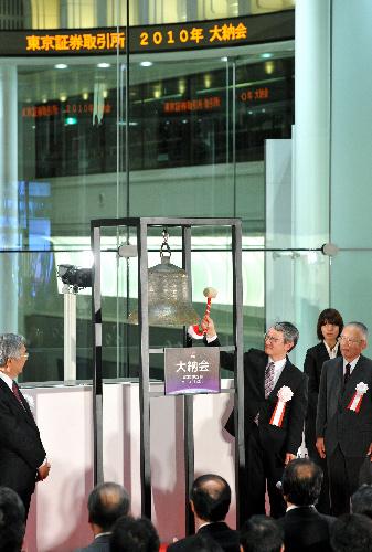 写真・図版 : 東京証券取引所の大納会で、小惑星探査機「はやぶさ」の計画責任者・川口淳一郎さんが鐘をたたいた=30日午後、東京都中央区、川村直子撮影