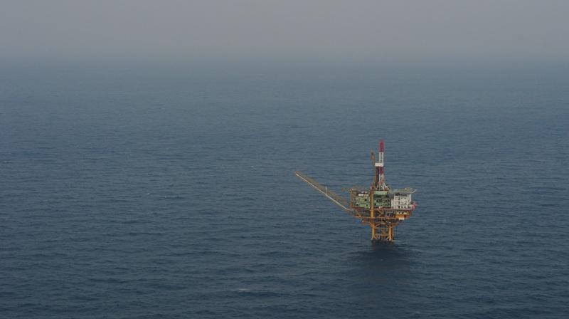 写真・図版 : 「白樺」は奄美大島の西約460キロ沖にある。2010年12月20日、本社機から山本裕之撮影(写真すべて)