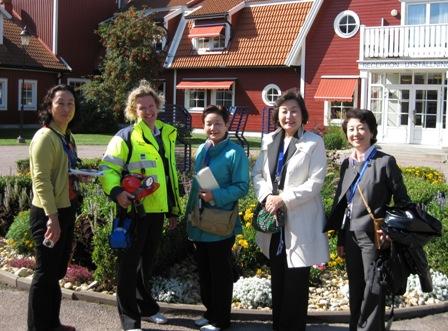 写真・図版 : SKBエスポ岩盤研究所の前に立つ視察陣。左から植木さん、広報担当のカテリーナ・オーデンさん、鬼沢さん、崎田さん、中岡さん=提供写真