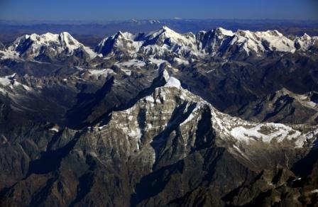 写真・図版 : ヒマラヤ一帯は「アジアの給水塔」ともいわれる。手前は高峰ガウリサンカール、後方にチベットの山々=2007年11月、ネパール上空で本社機「あすか」から武田剛撮影