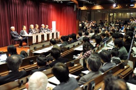 写真・図版 : 「2位じゃダメなのか」発言が出た事業仕分けの直後、科学界には反発があり、ノーベル賞学者らが並ぶ会見も開かれた=2009年11月25日、東京都内で福留庸友撮影