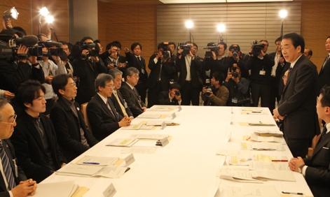 写真・図版 : 「一人ひとりを包摂する社会」特命チームの初会合であいさつする菅首相(右)。1月18日、首相官邸、飯塚悟撮影