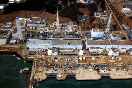 写真・図版 : 福島第一原子力発電所。中央右から1、2、3、4号機=3月20日午前、福島県大熊町、エア・フォート・サービス提供