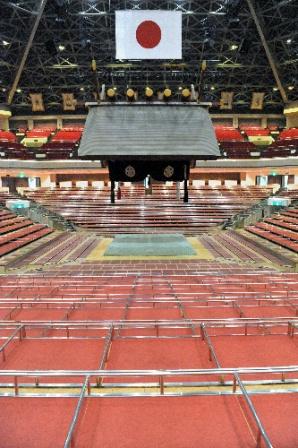 写真・図版 : 日本大相撲トーナメントが中止になり無人となった国技館=2月6日午後0時10分、東京・両国の国技館、福岡亜純撮影