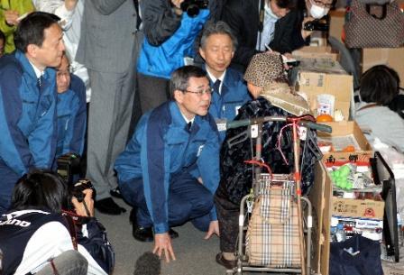 写真・図版 : 避難所を訪れ、被災者に手をついて謝罪する東京電力の清水正孝社長(中央)=22日午後1時49分、福島県郡山市のビッグパレットふくしま