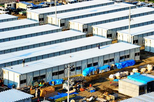 写真・図版 : 建設が進む仮設住宅=4月25日午後、仙台市太白区、山本裕之撮影