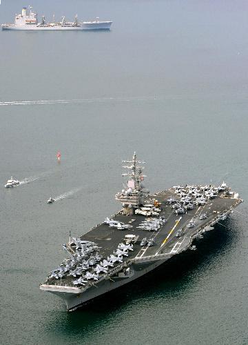 写真・図版 : 佐世保港に入港する米海軍の原子力空母ロナルド・レーガン=4月19日午前9時2分、長崎県佐世保市、本社ヘリから