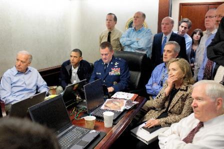 写真・図版 : ホワイトハウスの危機管理室で5月1日、急襲作戦現場からの同時中継を見守るオバマ大統領(左から2人目)ら米政府首脳。ゲーツ国防長官(右端)、クリントン国務長官の姿もある=ホワイトハウス提供