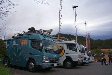 写真・図版 : ずらりと並んだテレビ中継車=福島県川内村