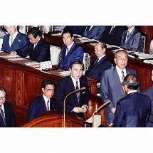 写真・図版 : 1993年6月18日、衆議院本会議で、宮沢喜一内閣不信任決議案が可決され、その直後に衆院は解散された。中央は羽田孜氏、後ろは渡部恒三氏。羽田氏の右後方は宮沢喜一首相