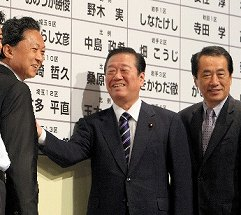 写真・図版 : 2009年8月30日、政権交代を決めた衆院選で、当選者の名前に花をつける民主党の鳩山由紀夫代表(左)と小沢一郎幹事長。右端は菅直人代表代行=肩書はいずれも当時