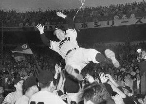 写真・図版 : 1958年、日本シリーズで3連覇を遂げ、胴上げされる西鉄ライオンズの三原脩監督
