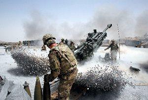 写真・図版 : アフガニスタン南部カンダハル州で、榴弾(りゅうだん)砲を発射する米陸軍兵ら=6月12日、ロイター