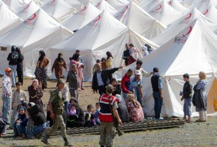 写真・図版 : 6月14日、シリア国境に近いトルコの村に設けられたシリア避難民のキャンプ=AP