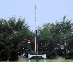 写真・図版 : 打ち上げられた北海道道産ロケットCAMUI(カムイ)-90P-SR=2010年9月2日、美唄市で