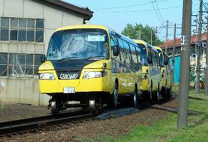写真・図版 : 線路上を走る3両編成のDMV=2010年8月30日、札幌市での試運転