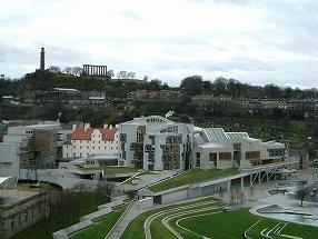 写真・図版 : 2004年に竣工したスコットランド議会棟全景