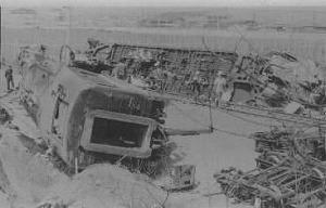 写真・図版 : 1988年3月、上海市郊外で修学旅行の私立高知学芸高校生ら193人乗りの急行列車が衝突。日本人27人が死亡した
