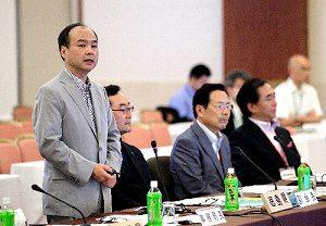 写真・図版 : 自然エネルギー協議会の総会後、記者会見するソフトバンクの孫正義社長(左)=7月13日、秋田市