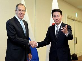写真・図版 : ロシアのラブロフ外相(左)と握手する前原誠司外相(当時)=2010年11月13日