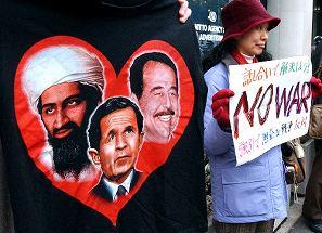 写真・図版 : 東京の米国大使館前で、Tシャツやプラカードを掲げてイラク攻撃反対を訴える人たち=2010年8月