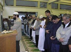 写真・図版 : モスクに集まるイスラム教徒たち=ボストン郊外のイスラムセンターで