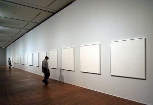 写真・図版 : 「WHITE 桑山忠明 大阪プロジェクト」(国立国際美術館)=筆者撮影