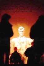 写真・図版 : アメリカ・ワシントンDCのリンカーン記念堂。座像の後ろには「リンカーンの名声は、彼に合衆国を救われた国民の心と同様、この神殿に永遠に秘められる」と刻まれている