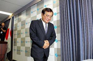写真・図版 : 辞任の記者会見を終え、会見場を後にする鉢呂吉雄経産相=9月10日、経産省で