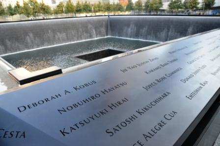 写真・図版 : 9・11まで世界貿易センターのビルがあった追悼広場が一般公開された。日本人犠牲者の名も刻まれている=今月12日、ニューヨークで田中光撮影