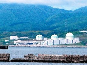 写真・図版 : 北海道電力の泊原発。左から1、2、3号機=北海道岩内町