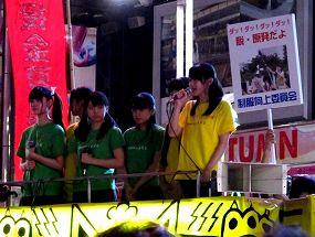 写真・図版 : 「反原発」の集会で、柄谷行人さん、小熊英二さんらに続き、街宣車に上がって歌う制服向上委員会=9月11日、東京・新宿(筆者撮影)