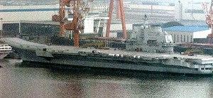 写真・図版 : 大連港に停泊しているワリヤーグ。中国海軍の色に塗装されている=2011年8月