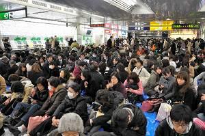写真・図版 : 3月11日、横浜駅改札前には全線運休で多くの人が座り込んだ
