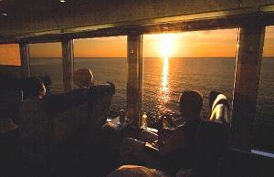 写真・図版 : 「リゾートしらかみ」から夕日を眺める=青森県深浦町で