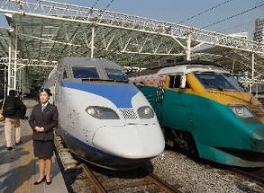 写真・図版 : 韓国のKTX(左)。右は従来の特急セマウル号=2004年、ソウル駅