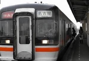 写真・図版 : 快速みえ=三重県鈴鹿市の伊勢鉄道鈴鹿駅