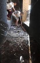 写真・図版 : 2003年4月、イラク戦争が始まって、暴徒らに破壊されて家財道具などが持ち出されたウダイ邸に、少年たちがまだ使えそうなものを求めてやってきた=バグダッドで
