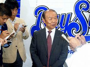 写真・図版 : 球団売却交渉について、記者の質問に答える横浜の加地球団社長