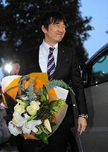 写真・図版 : 大阪府知事を退任し、公用車に乗り込む橋下徹氏=10月31日