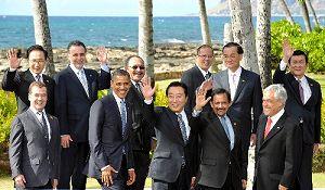 写真・図版 : APEC首脳会議の記念撮影に臨む野田佳彦首相(前列左から3人目)、オバマ米大統領など=ハワイで